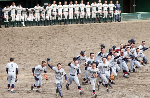 優勝し大喜びで応援席に走る仙台育英の選手たち(撮影・野上伸悟)