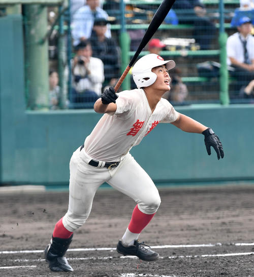 智弁学園対神戸国際大付 3回裏智弁学園2死二、三塁、前川は逆転の右越え3点本塁打を放つ(撮影・前岡正明)