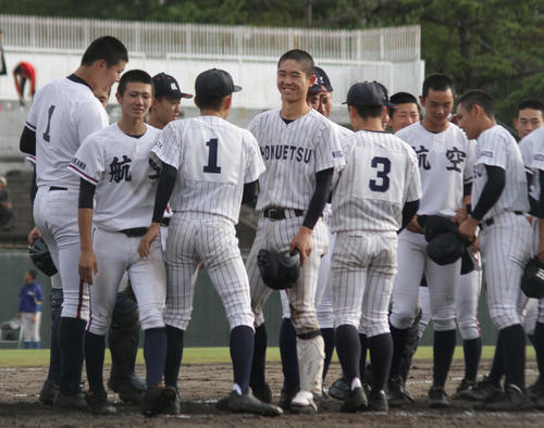 試合後に健闘をたたえ合う日本航空石川と北越の選手たち(撮影・柏原誠)