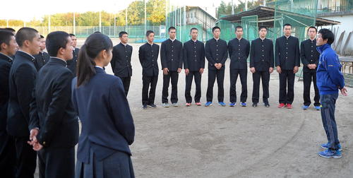 大場部長(右端)から21世紀枠の県推薦校選出を伝えられた磐城の選手たち