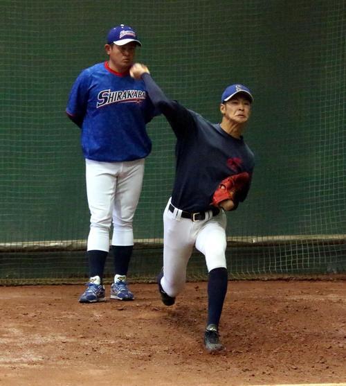亀田部長が見守る中、投球練習をする白樺学園のチーム最長身、191センチの奥村投手(右)(撮影・永野高輔)