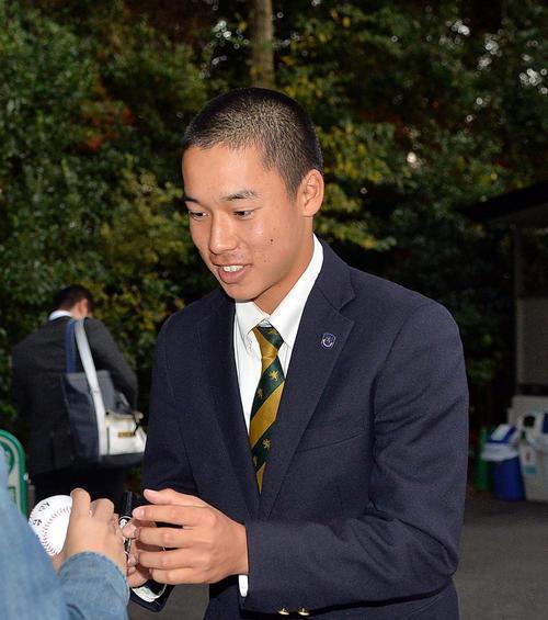 ファンからサインを求められる仙台育英・田中主将