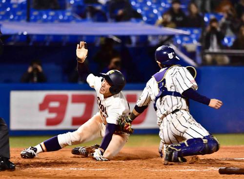 大商大対東海大札幌キャンパス 3回表大商大1死二、三塁、三塁走者の戸田(左)は湯口の一ゴロで本塁を狙うもタッチアウト(撮影・小沢裕)