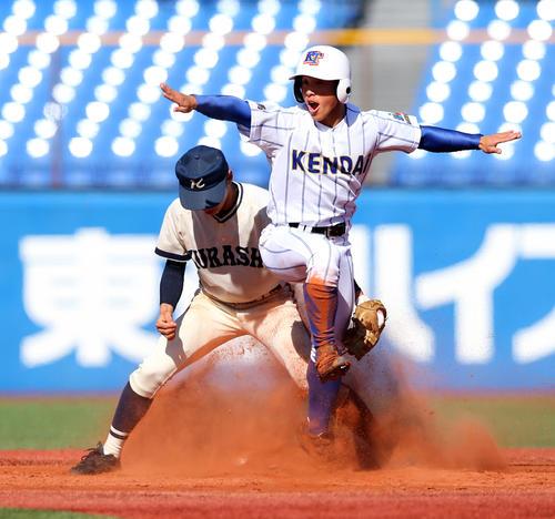 3回表高崎健康福祉大高崎2死一塁、二塁盗塁する山畑(右)(撮影・大野祥一)
