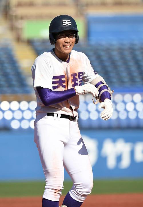 天理対仙台育英 7回表天理2死満塁、走者一掃の右越え3点適時三塁打を放った瀬は塁上で笑顔(撮影・鈴木みどり)