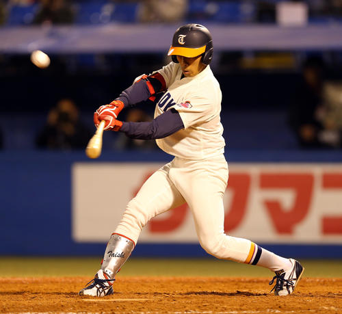 福祉大無死二塁、左越え適時二塁打を放つ山野(撮影・大野祥一)