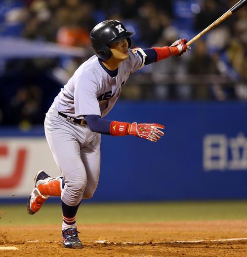 慶大対東海大札幌キャンパス 2回表慶大無死二塁、右前打でチャンスを広げる郡司(撮影・大野祥一)