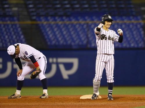 東海大対中大 5回表東海大2死一、三塁、左越え2点適時二塁打を放ちガッツポーズする杉崎(右)(撮影・足立雅史)