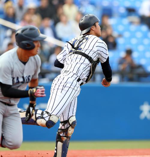 関大対東海大 4回表関大無死一塁、坂之下(左)のバントを捕球し、二塁に送球してアウトにする海野(撮影・大野祥一)