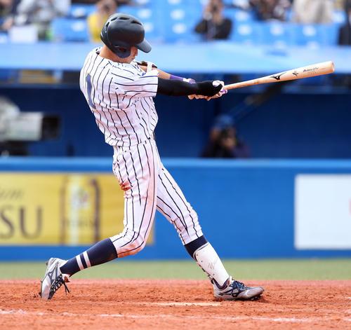 関大対東海大 4回裏東海大2死三塁、左翼線に適時二塁打を放つ串畑(撮影・大野祥一)