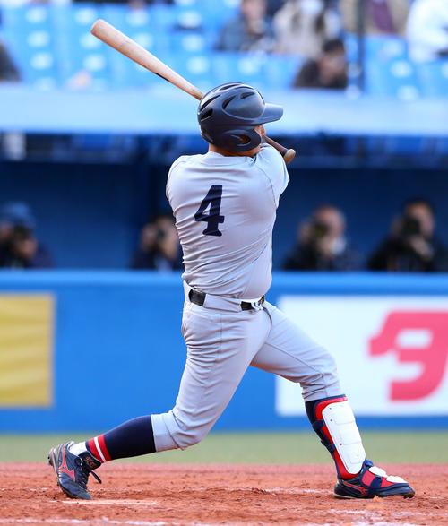 関大対東海大 タイブレーク10回表関大1死一、二塁、左越え適時二塁打を放つ坂之下(撮影・大野祥一)