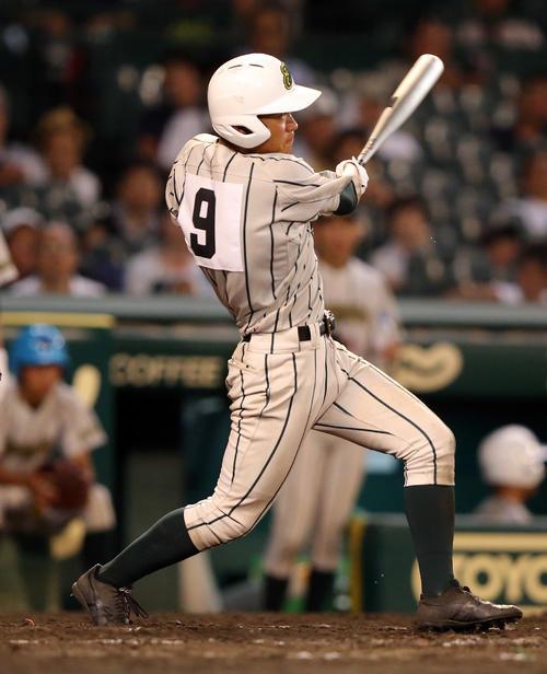 今夏甲子園の鶴岡東対高松商 9回表鶴岡東2死一塁、左翼越え2点本塁打を放つ竹花(撮影・大野祥一)