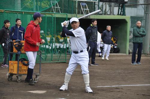 「甲子園塾」でノックを打つ報徳学園監督前監督の永田裕治氏