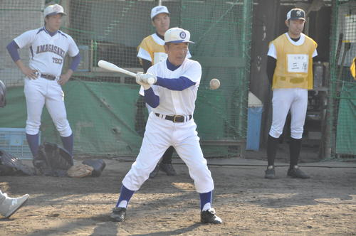 甲子園塾塾長の星稜・山下智茂名誉監督(74)は尼崎工の近藤主将にマシンガンノックを打つ