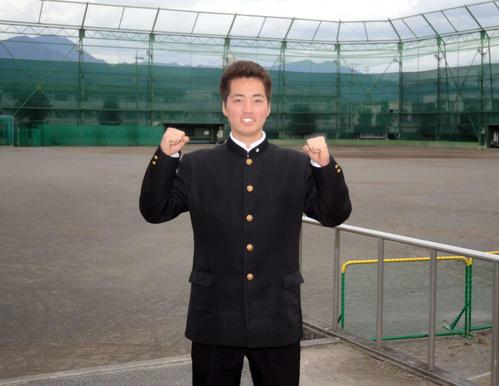 関西学院大合格を決め、笑顔でポーズをとる静岡高の小岩