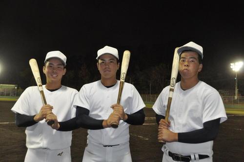大阪桐蔭の(左から)船曳、仲三河、西野(2019年11月28日撮影)