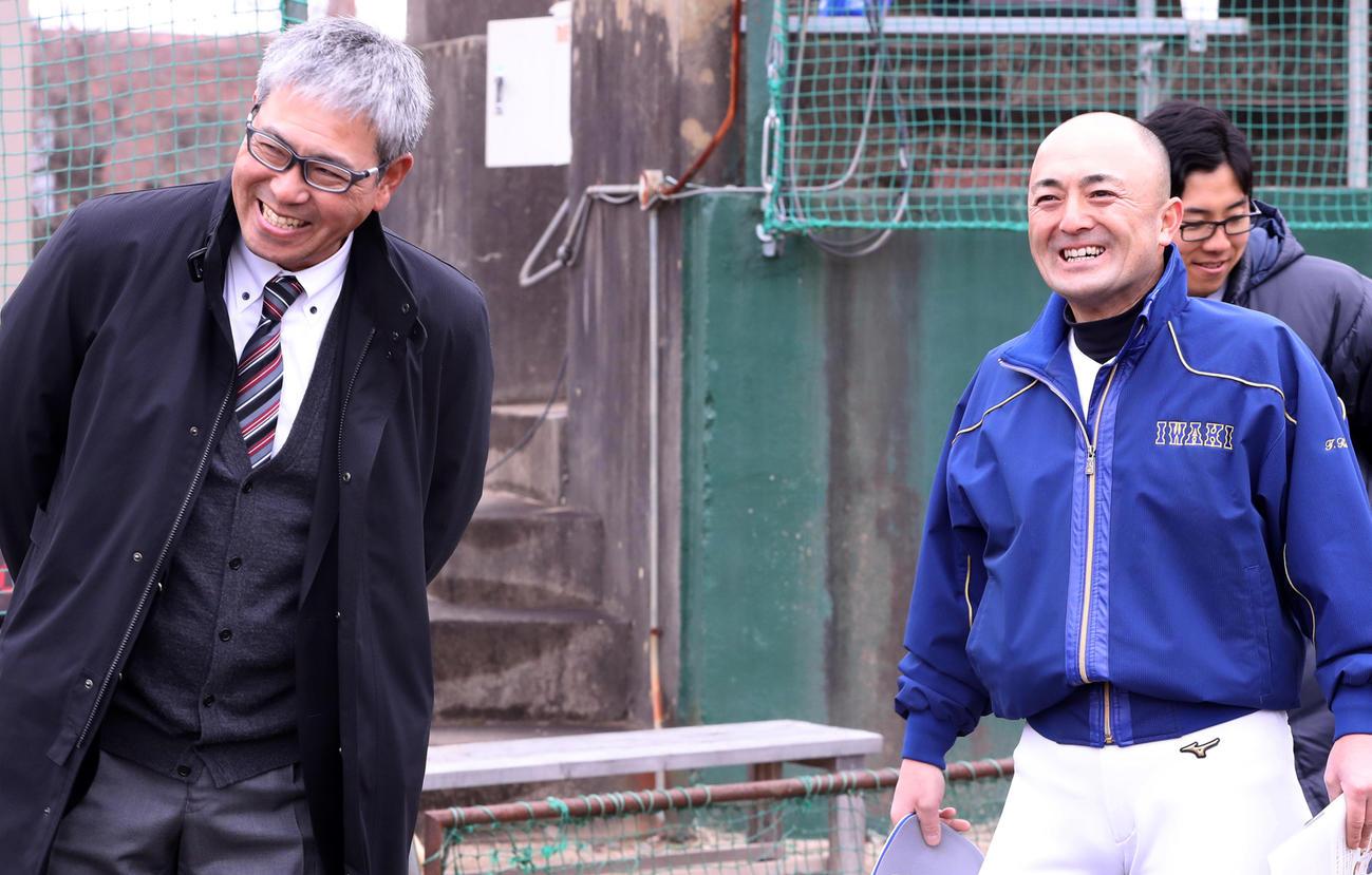 東北復興支援野球交流で磐城を訪れ、木村監督(右)と談笑する早大・小宮山監督(撮影・野上伸悟)