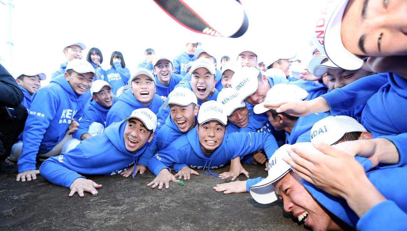 センバツ出場が決まり、喜び合う高崎健康福祉大高崎の選手たち(撮影・大野祥一)