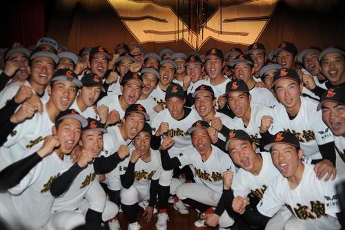 センバツ出場が決まった長崎・創成館ナインが、体育館で笑みのガッツポーズを並べた(撮影・浦田由紀夫)