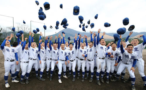 センバツ出場を決め、帽子投げで喜ぶ明豊の選手たち (撮影・菊川光一)
