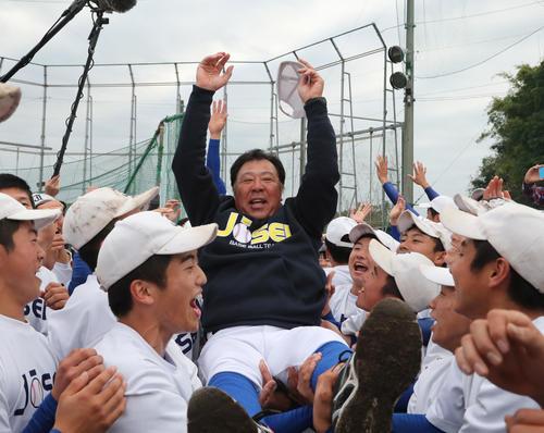 出場が決まった鹿児島城西ナインは佐々木誠監督を胴上げする(撮影・梅根麻紀)