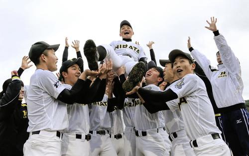 21世紀枠で春夏を通じて初出場が決まり、喜ぶ平田の選手たち(共同)