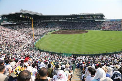 高校野球ファンがつめかけた甲子園球場(2015年8月8日撮影)
