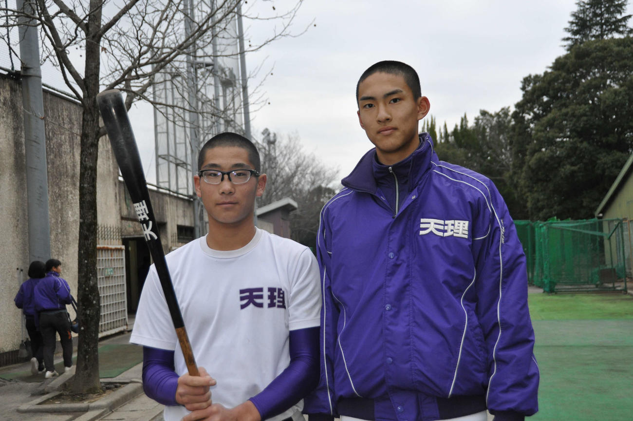 センバツでの活躍が期待される1年生の瀬千皓(左)と達孝太