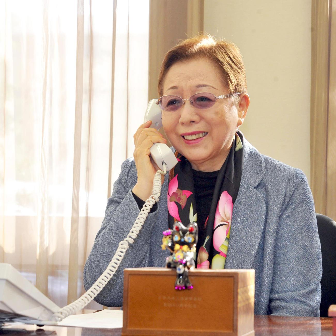 電話で選出の報告を受ける加藤学園の加藤校長(撮影・河合萌彦)