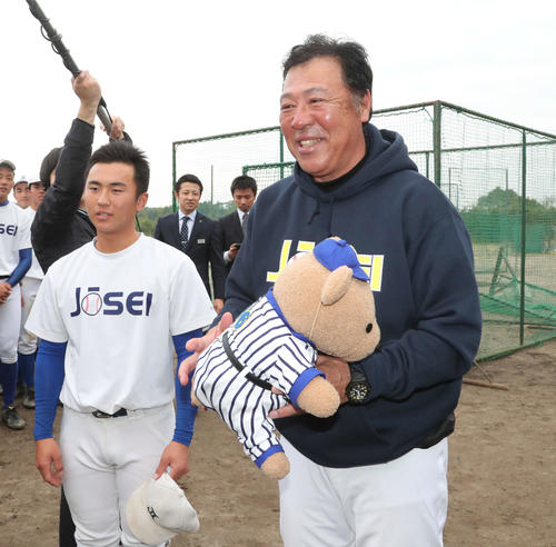 センバツ出場が決まった鹿児島城西・佐々木監督は、生徒から手作りのクマのぬいぐるみを受け取る。左は古市主将(撮影・梅根麻紀)