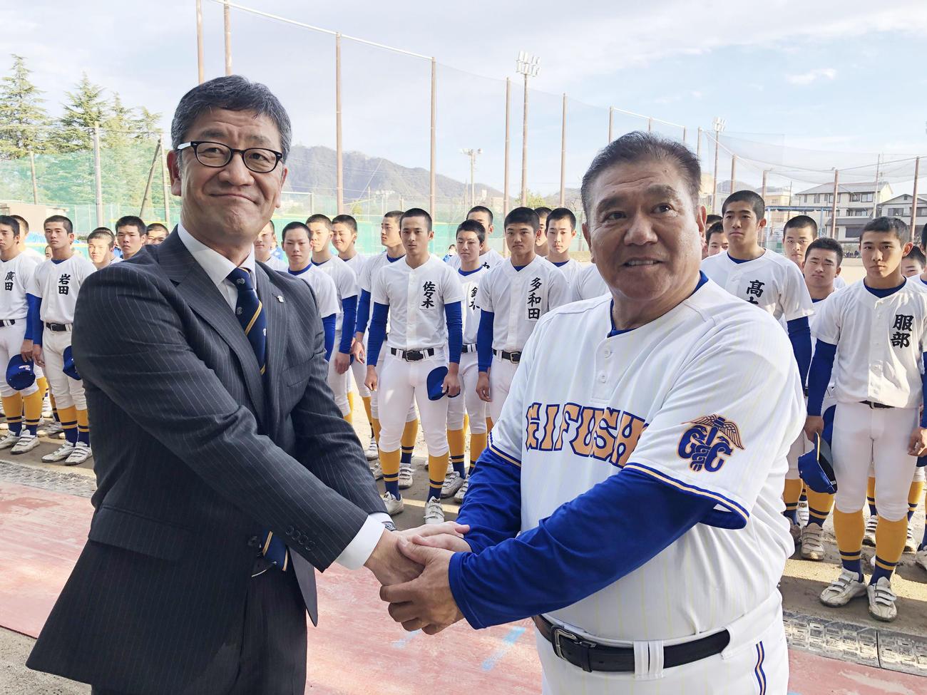選抜出場が決まり古田憲司校長(左)と握手する県岐阜商の鍛治舎監督