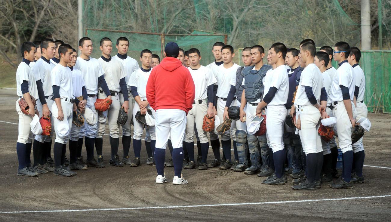 甲子園出場決定後初練習の冒頭、米山監督の話を聞く加藤学園の選手たち