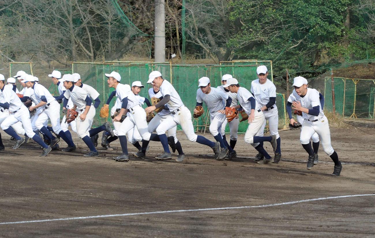 甲子園出場決定後初練習で、気合を入れて守備位置へ向かう加藤学園の選手たち