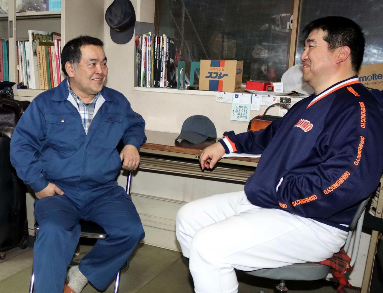 帯広農の前田監督と談笑する桐山さん(左)(撮影・永野高輔)