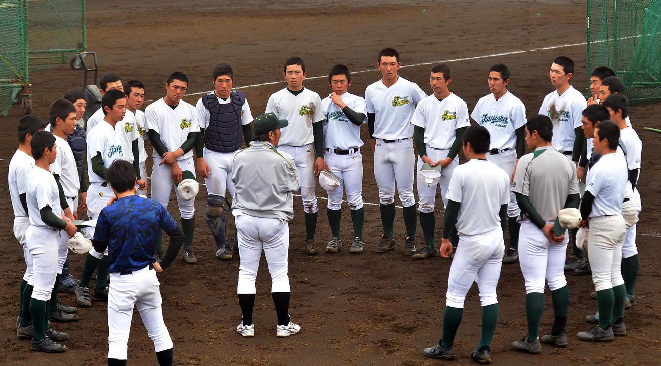 練習中に円陣を組む鶴岡東の選手たち(撮影・鎌田直秀)