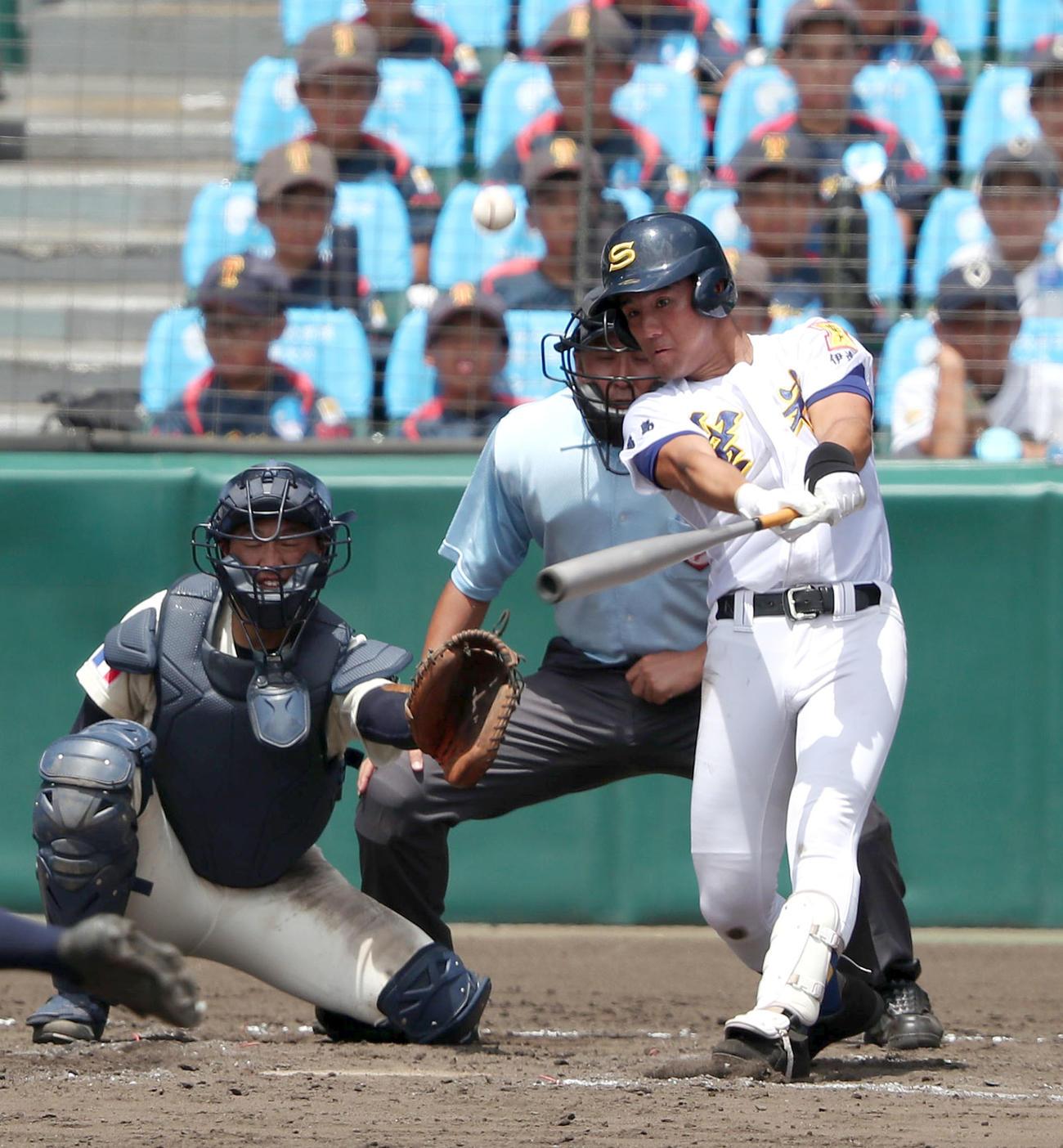 昨年8月の甲子園・海星戦の9回、2打席連続の本塁打を放つ荒牧