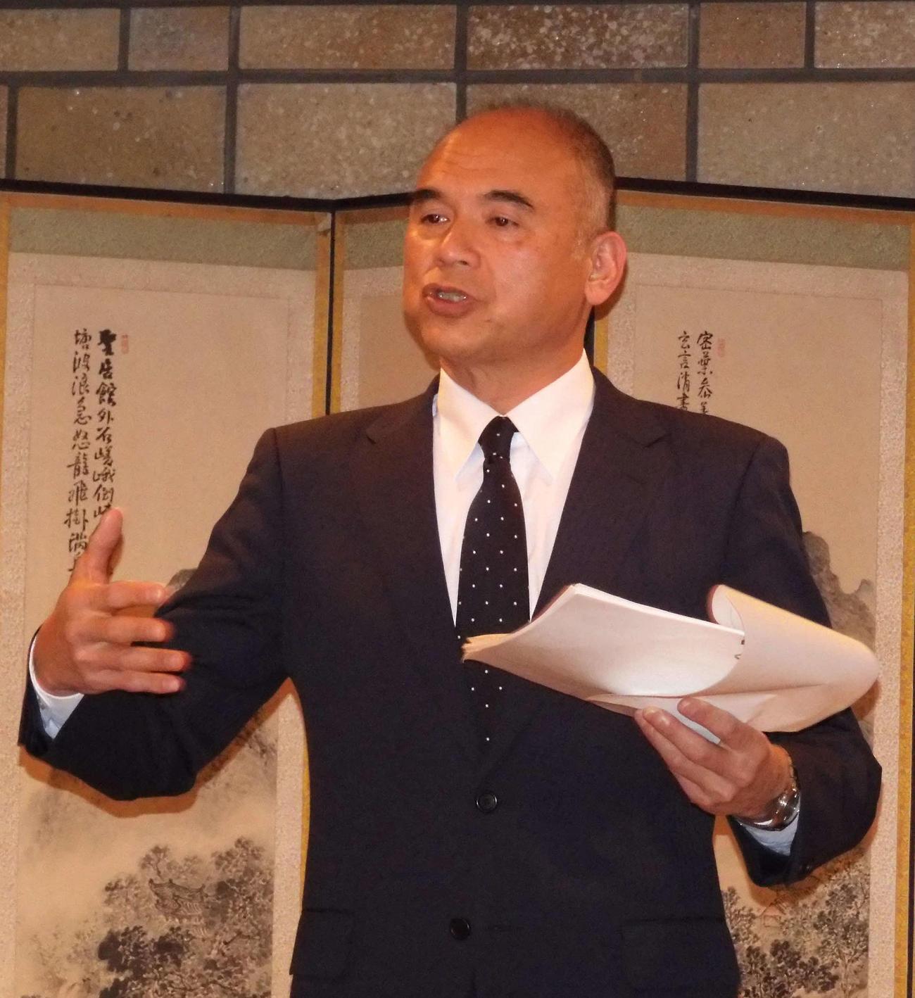 理事会の決定事項を説明する日本高野連の小倉事務局長
