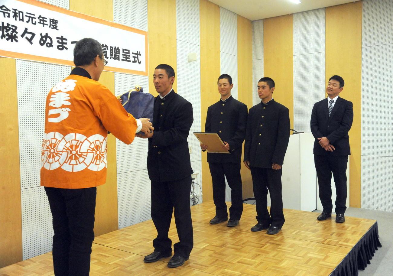 表彰を受け、記念品を受け取る大村副主将(左から2人目)