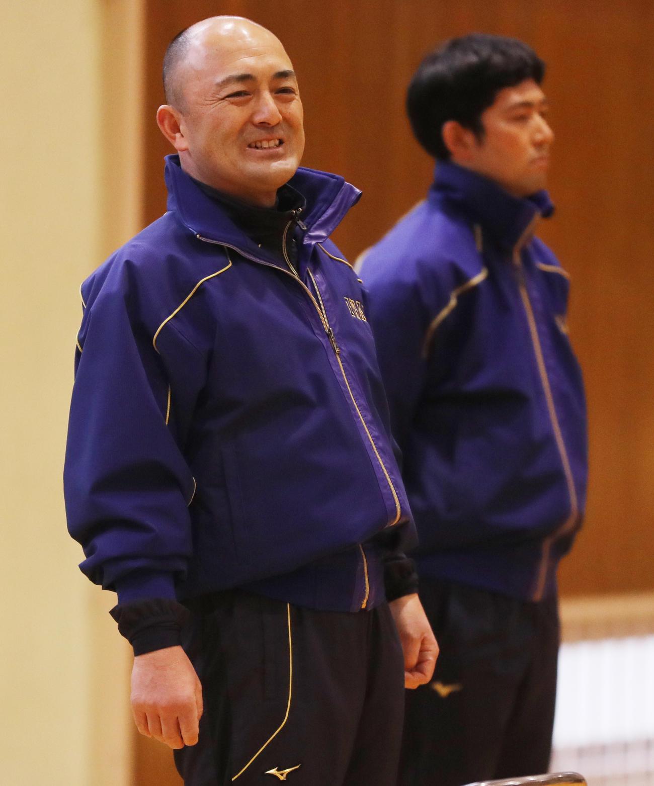 ユニホーム贈呈を終え、選手に声をかける磐城・木村監督。後方は大場部長(撮影・野上伸悟)