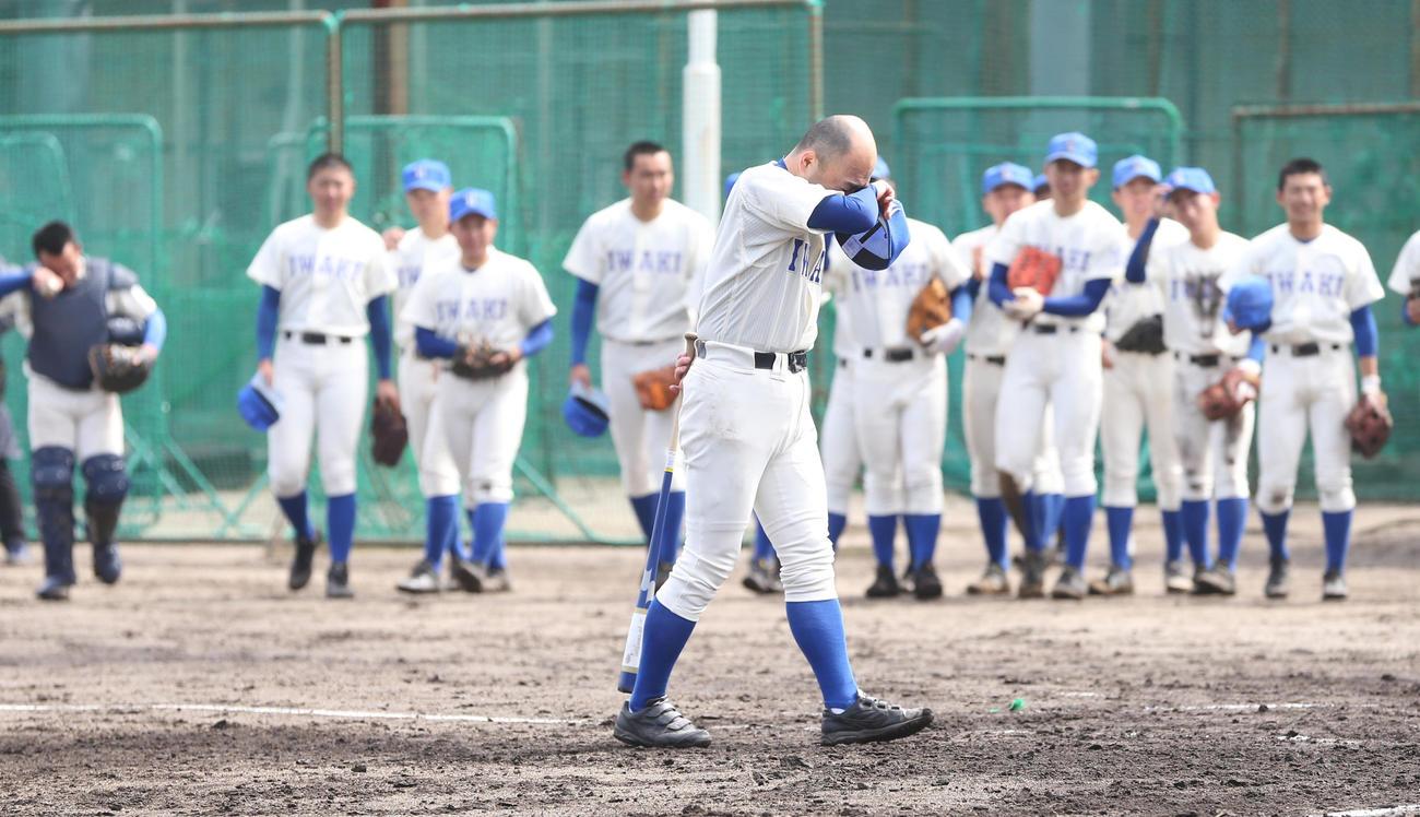 福島商に転任する磐城・木村監督は、最後のシートノックを終え涙をぬぐう(撮影・野上伸悟)