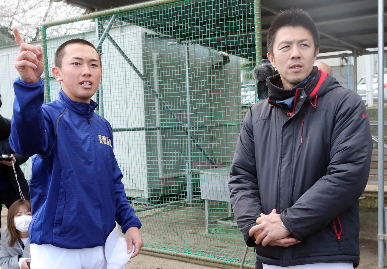 岩間主将(左)と話をする磐城・渡辺新監督