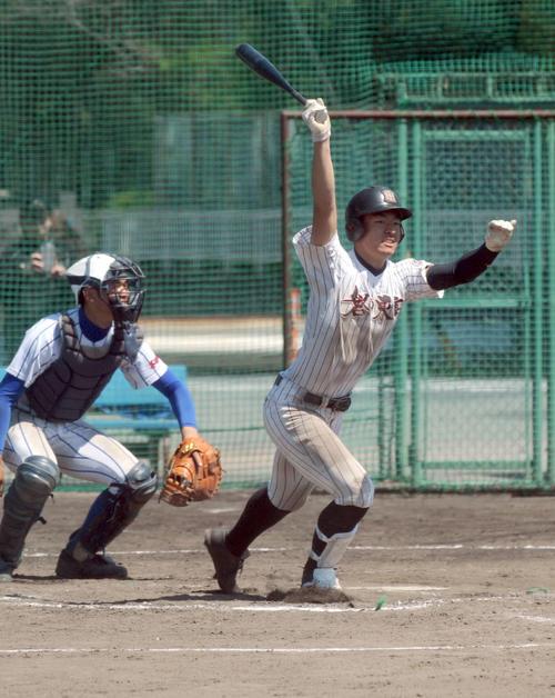 5回に高校通算5号を放った磐田東の4番山下