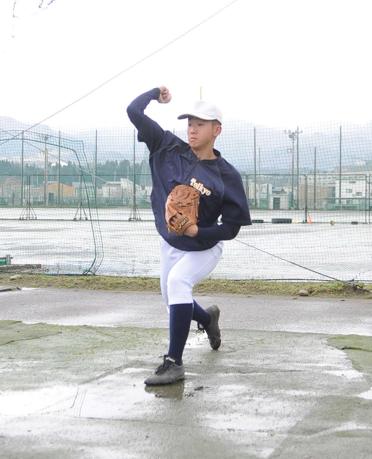 自主トレ中の帝京長岡・吉田行慶投手(2020年4月5日、帝京長岡グラウンド)