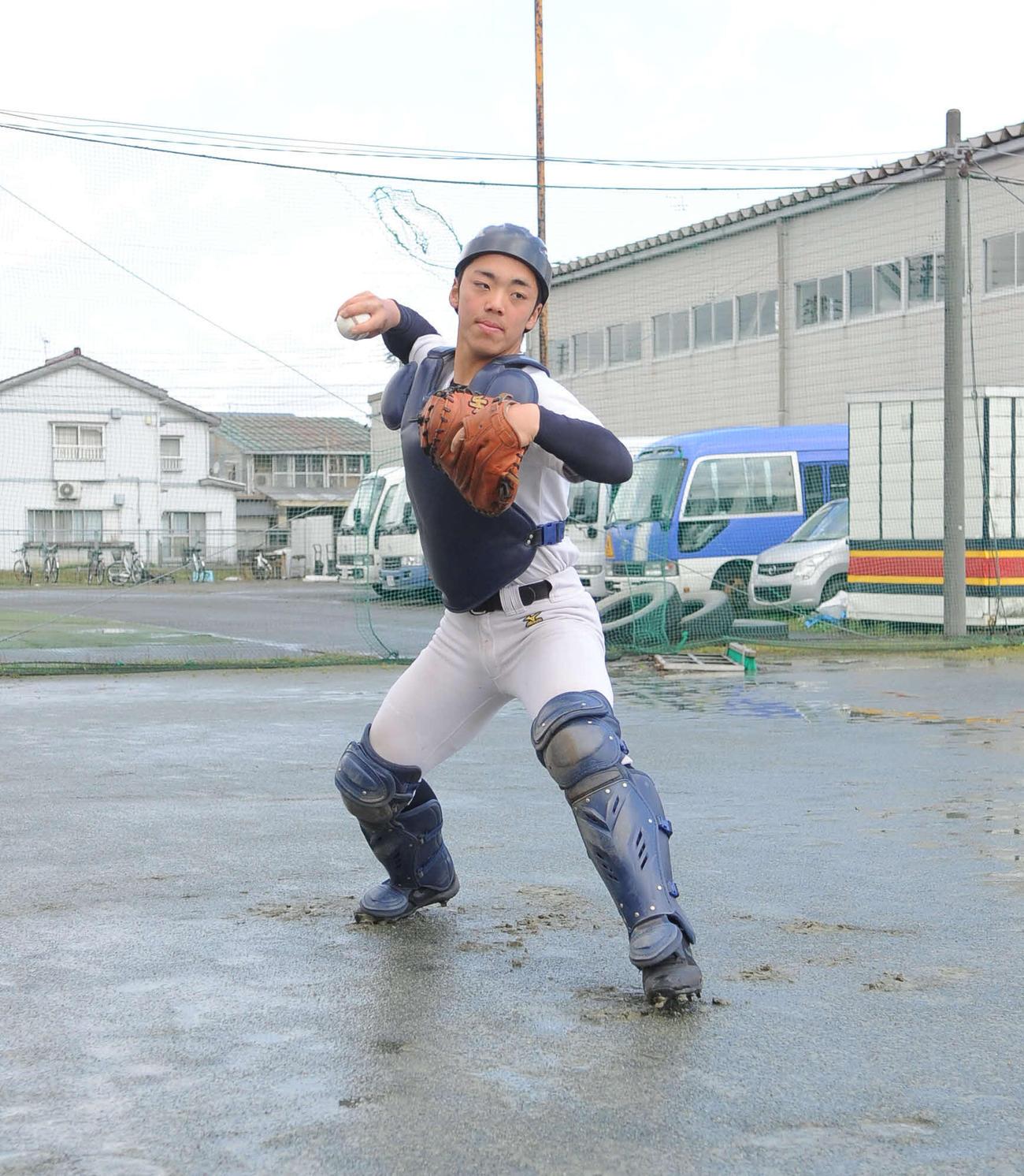 練習中の帝京長岡の西村俊亮捕手(2020年4月5日、帝京長岡グラウンド)