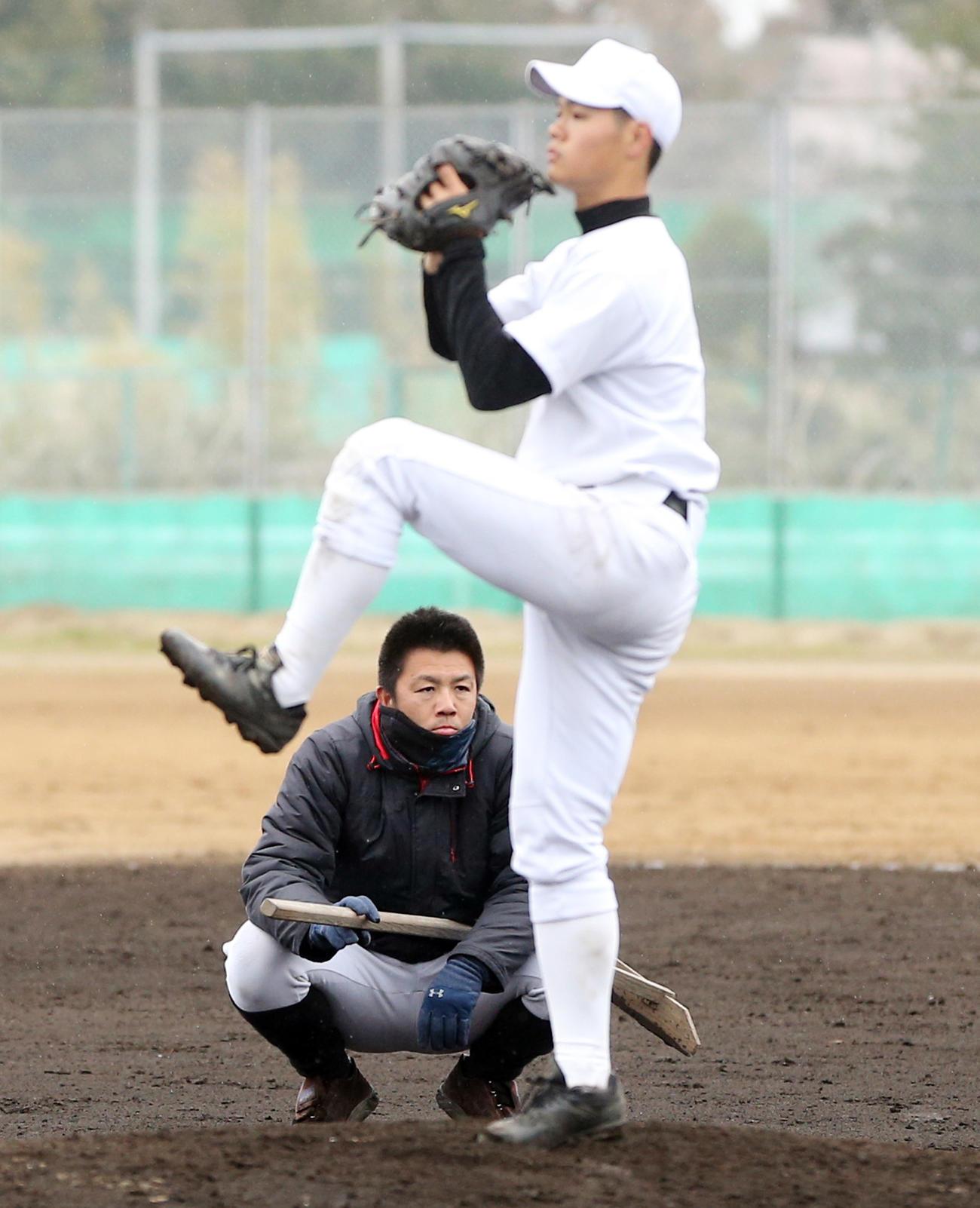 磐城の紅白戦を見つめる渡辺新監督。手前は佐藤綾哉投手(2020年4月5日)