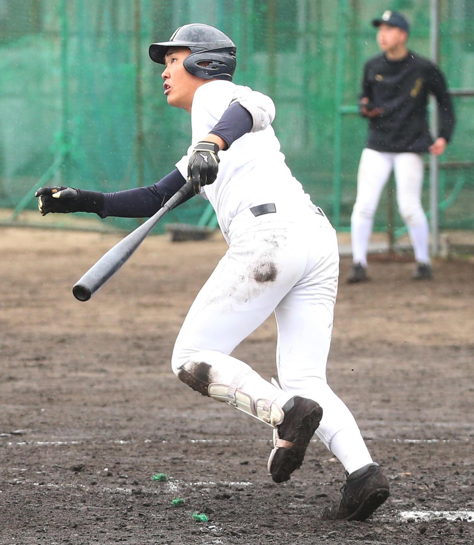 磐城の紅白戦で左越え本塁打を放つ小川泰生内野手(2020年4月5日)