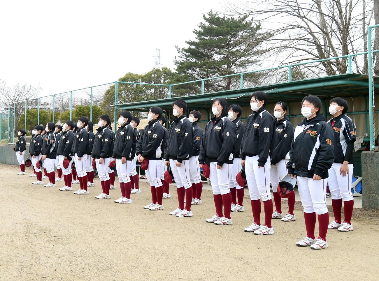 4月1日、練習前、グラウンドにあいさつするクラーク仙台の選手たち