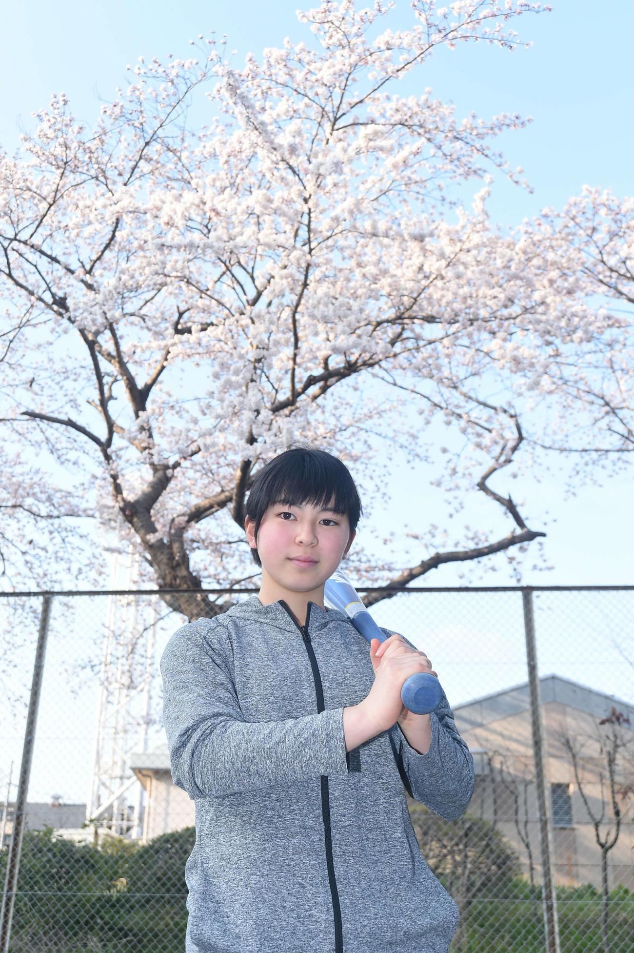 4日、入寮の際に桜の前で決意を新たにしたクラーク仙台・今野(撮影・相沢孔志)