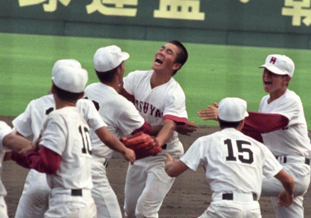 96年8月、熊本工戦の延長10回裏1死満塁、本多の右飛を好返球し、サヨナラを防いだ松山商の右翼手・矢野勝嗣(中央)はナインに迎えられる