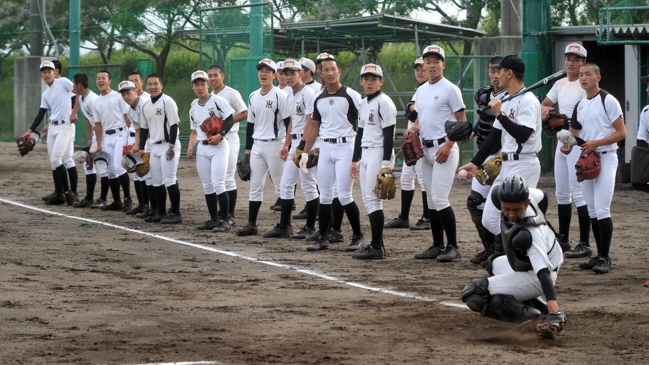 ノックを受け終え、本塁付近へ集まる選手たち